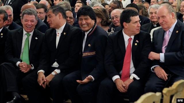 El Rey Juan Carlos conversa con el presidente de Paraguay Horacio Cartes (2d), junto a los presidentes de Colombia, Juan Manuel Santos (i); Ecuador, Rafael Correa (2i), y Bolivia, Evo Morales (c), durante la toma de posesión de Mauricio Macri como nuevo