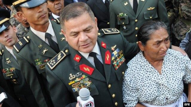 El general hondureño Romeo Vázquez Velázquez saluda a una mujer indígena.