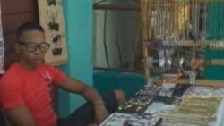 """Ciudadanos cubanos opinan porque los comercios del Estado son """"ineficientes"""""""