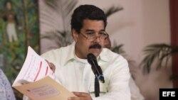 Tras su llegada al aeropuerto de Maiquetía, Maduro mostró documentos con la firma de Chávez.