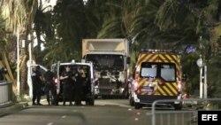 Policias permanecen junto al camión que arremetió contra una multitud en Niza