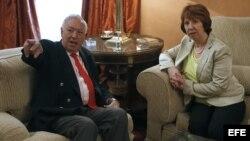 La alta representante de la UE para Asuntos Exteriores, Catherine Ashton, conversa con el ministro español de Asuntos Exteriores, José Manuel García-Margallo, durante la reunión que han mantenido hoy en la sede del Ministerio en Madrid.EFE/JAVIER LIZÓN