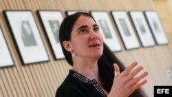 La bloguera y periodista cubana Yoani Sánchez es vista hoy, miércoles 22 de abril de 2015, durante una rueda de prensa en Santiago de Chile.