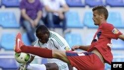 El defensa cubano Kingsley Madu (d) lucha por el control del balón ante el delantero nigeriano Aminu Uma (i), durante un partido del Mundial de fútbol sub-20 disputado entre Cuba y Nigeria en Kayseri (Turquía).