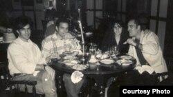 Cena de despedida. Jorge Crespo, Juan-Si González, Ana Lidia Correa y Marco Antonio Abad (i-d). Meses después, Marco fue detenido mientras filmaba el mitin de repudio contra María Elena Cruz Varela en su casa de Alamar.