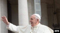 El papa Francisco saluda durante la audiencia general de los miércoles en la plaza de San Pedro en el Vaticano. Archivo.