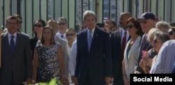 Kerry junto a Josefina Vidal en la inauguración de la embajada de Estados Unidos en Cuba.
