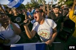 Una mujer grita arengas durante una gran manifestación contra el Gobierno Daniel Ortega.