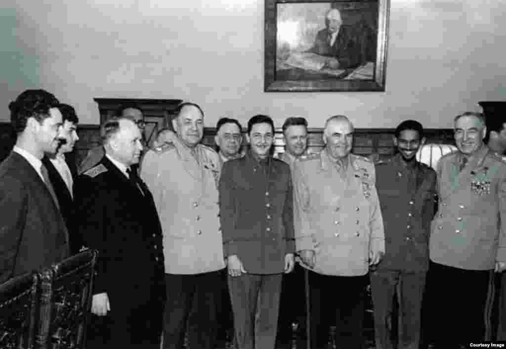 En Moscú Raúl Castro con el mariscal Malinovski.