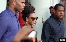 Beyoncé y Jay-Z salen del Hotel Saratoga, donde se hospedaron en su visita a La Habana. EFE