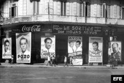Coca-Cola se anuncia sobre carteles electorales en el Paseo del Prado, de la campaña para elecciones generales y presidenciales de noviembre de 1954.