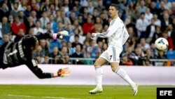 El delantero portugués del Real Madrid Cristiano Ronaldo lanza marcando gol