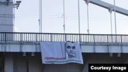 Cartel pidiendo la libertad de Oleg Sentsov en el puente Crimea de Moscú. /RFE/RL