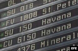 Un panel informativo muestra los detalles de salida del vuelo de la compañía Cubana CU 6150 con destino a La Habana en el aeropuerto de Sheremetyevo en Moscú (Rusia).