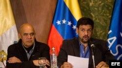 Delegados del Gobierno y la oposición de Venezuela en la mesa de diálogo