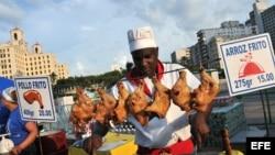 Fotografía de archivo. Un cocinero prepara arroz y pollo fritos en el Malecón de La Habana (Cuba).