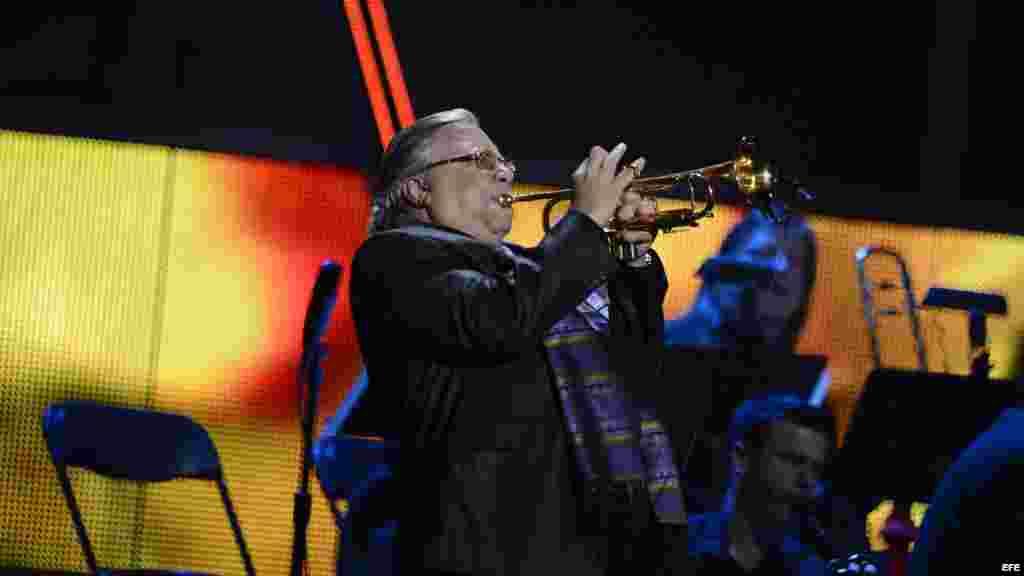 El músico cubano Arturo Sandoval actúa en la decimotercera edición de los Premios Grammy Latino en Las Vegas.