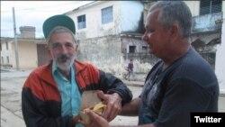 El opositor Francisco Rangel distribuye alimentos a desamparados en Colón, Matanzas, bajo el poryecto Capitán Tondique.