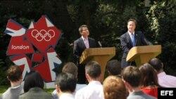 El primer ministro británico David Cameron (d) y el presidente del Comité Organizador (Locog), el exatleta Sebastián Coe, (i), comparecen ante los medios en el jardín del número 10 de Downing Street, en Londres, Inglaterra, hoy, domingo, 12 de agosto de 2
