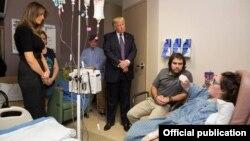 El presidente Donald Trump y la primera dama Melania Trump visitan a heridos durante la masacre ocurrida en Las Vegas en octubre de 2017 (White House)