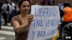 Estudiantes se manifiestan frente a la Embajada cubana en Caracas