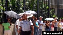 Cubanos hacen fila para entrar a la Sección de Intereses de EE.UU. en La Habana.