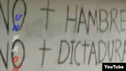 Reclamos sociales escritos en la fachada de una casa en Mella, Santiago de Cuba.