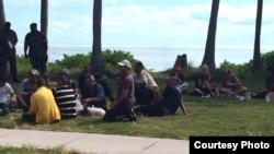 Cubanos llegan a Cat Cay en las Bahamas.