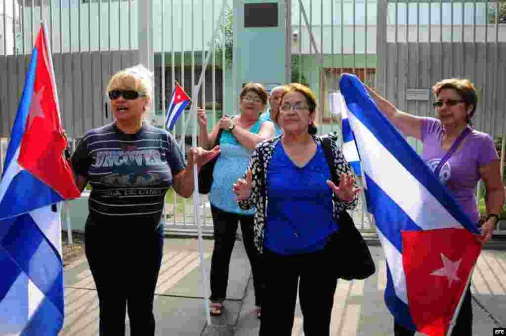Un grupo de mujeres se manifiesta el jueves 24 de enero de 2013, frente a la Embajada de Cuba en Santiago de Chile, en apoyo a la visita del presidente cubano, Raúl Castro.