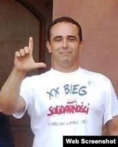 Eduardo Cardet hace el gesto simbólico de la L de liberación