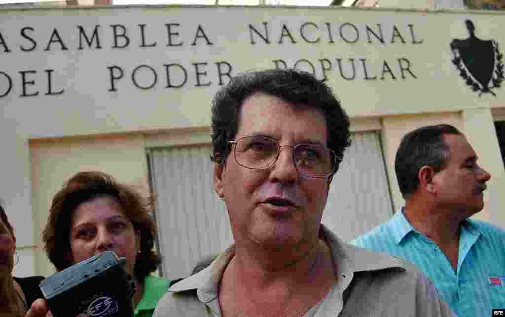 El disidente Oswaldo Payá (d), gestor principal del Proyecto Varela conversa con la prensa en la entrada del Parlamento cubano luego de entregar una caja con 14364 firmas de ciudadanos avalando las reformas que promueve el Proyecto Varela. El proyecto pro
