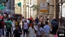 Según economistas, el proceso demoraría hasta 18 meses y probablemente consistiría en una devaluación del CUC y quizás una apreciación del peso. Un CUC equivale a 25 pesos, y ninguna de las monedas cubanas es aceptada fuera de la isla.