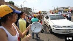 Un grupo de personas protestan con ollas vacías contra el gobierno del presidente, Nicolás Maduro