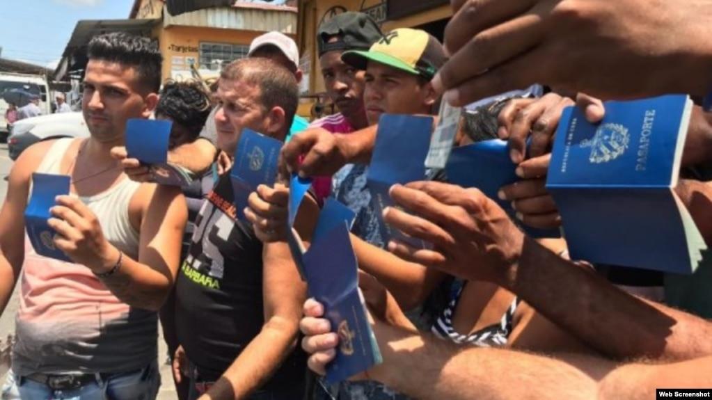 Cubanos varados en la frontera entre Panamá y Costa Rica. (Captura de imagen/MetroLibre.com)