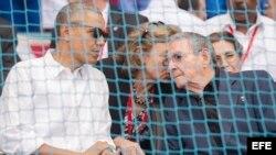Obama y Raúl Castro durante el partido de béisbol disputado entre el equipo de Cuba y los Rayos de Tampa Bay.