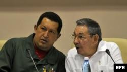 El general cubano Raúl Castro (d) y el mandatario venezolano, Hugo Chávez (i).