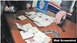 Policía mostró a medios algunos de los pasaportes incautados.