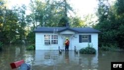 Rescatistas buscan a residentes atrapados en sus casas a consecuencia del huracán Matthew en un barrio de la ciudad de Lumberton, Carolina del Norte.