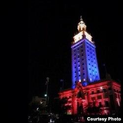La Torre de la Libertad, símbolo de los cubanos en Miami, iluminada con los colores de Venezuela (foto Karel Becerra)