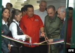 Fidel Castro y Hugo Chávez en la apertura de la oficina de PDVSA en La Lonja del Comercio, en La Habana. (Archivo)