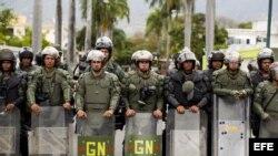 Miembros de la Guardia Nacional observan una manifestación de estudiantes y simpatizantes