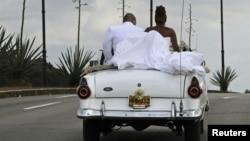Una pareja de recién casados en La Habana.