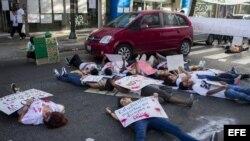 Manifestantes opositores al Gobierno de Nicolás Maduro disfrazados de muertos participan este jueves 10 de abril de 2014, en una protesta por la Avenida Francisco de Miranda en Caracas (Venezuela).