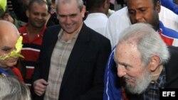 Un anciano y encorvado Fidel Castro, tras ejercer el voto.