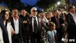 El director creativo de Chanel, Karl Lagerfeld (c), tras concluir el primer desfile de la casa de moda.