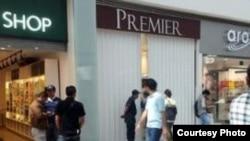 La joyería Premier de la Plaza Comercial Las Américas de Cancún, se mantiene cerrada después del atraco perpetrado por cinco cubanos.