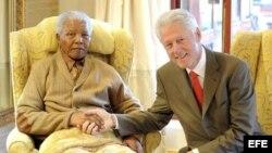 Archivo:Expresiente de Sudáfrica y Premio Nobel de la Paz Nelson Mandela (i) saluda al ex presdidente de los EE.UU Bill Clinton (d).