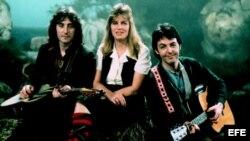 """Paul MacCartney junto a su esposa Linda y uno de los componentes del grupo musical """"Wings"""""""