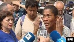 Ismara Sánchez, madre de la familia de cinco personas de origen cubano que hoy han sido desalojados de su vivienda en Alicante, por el impago del alquiler desde el pasado mes de julio, durante las declaraciones que ha realizado a la prensa tras la ejecuci