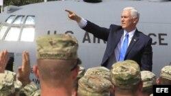 El vicepresidente estadounidense, Mike Pence, saluda a los militares que participan en las maniobras militares Noble Partner 2017, en Tiflis, Georgia.